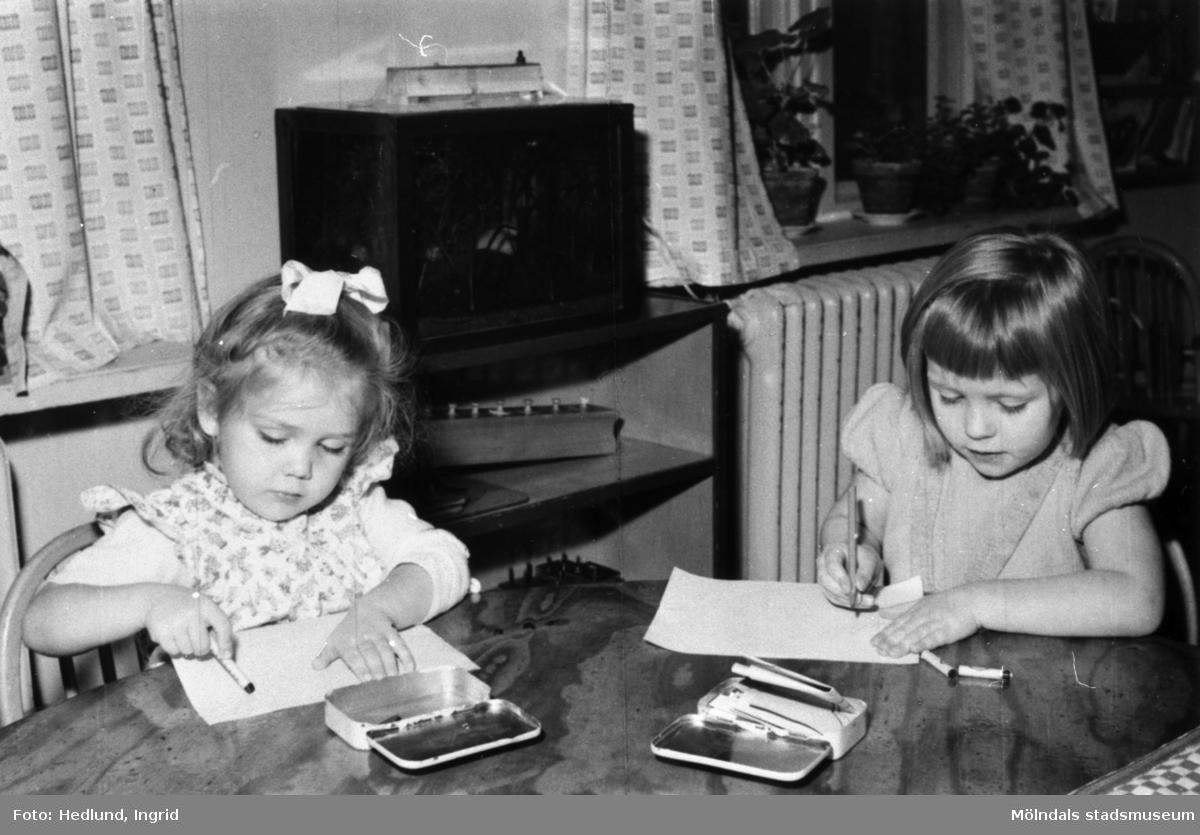 Bosgårdens barnträdgård 1938-1945. Två flickor som ritar och målar.