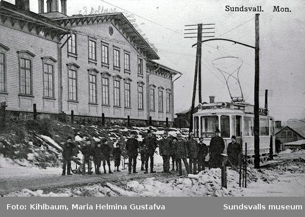 Gamla folkskolan på Landsvägsallén. Invigning av spårvägen Kubikenborg - Staden - Ortviken år 1910.
