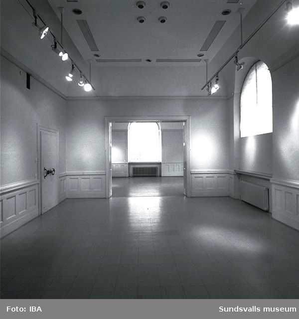 Interiör  av utställningshallen på Sundsvalls museum i f d Riksbankens hus på Storgatan 29.