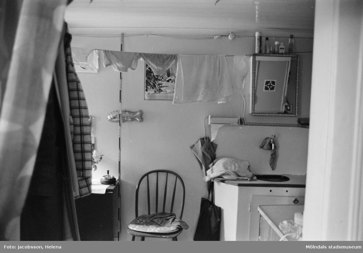 """Kök i bostadshus på Roten M 18 i Mölndals Kvarnby, 1972. Bostadshuset har en kvarvarande """"brygga"""" utanför. Se bild 1991:1106."""