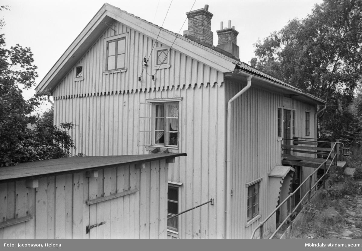 """Exteriörbild av bostadshus på Roten M 18 i Mölndals Kvarnby, 1972. Bostadshuset har en kvarvarande """"brygga"""". Se bild 1991:1106."""