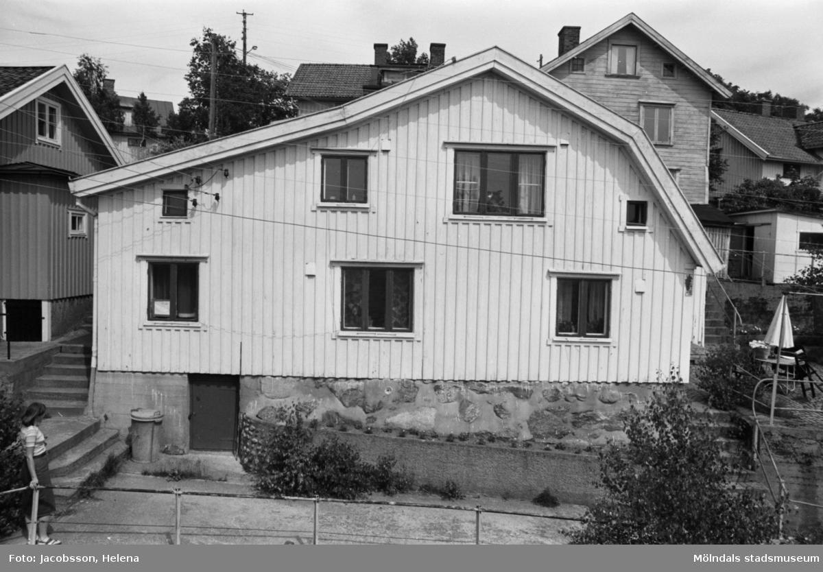 Exteriörbild av bostadshus på Roten M 21 i Mölndals Kvarnby, 1972. Tomten har en terränganpassad komplicerad planform.