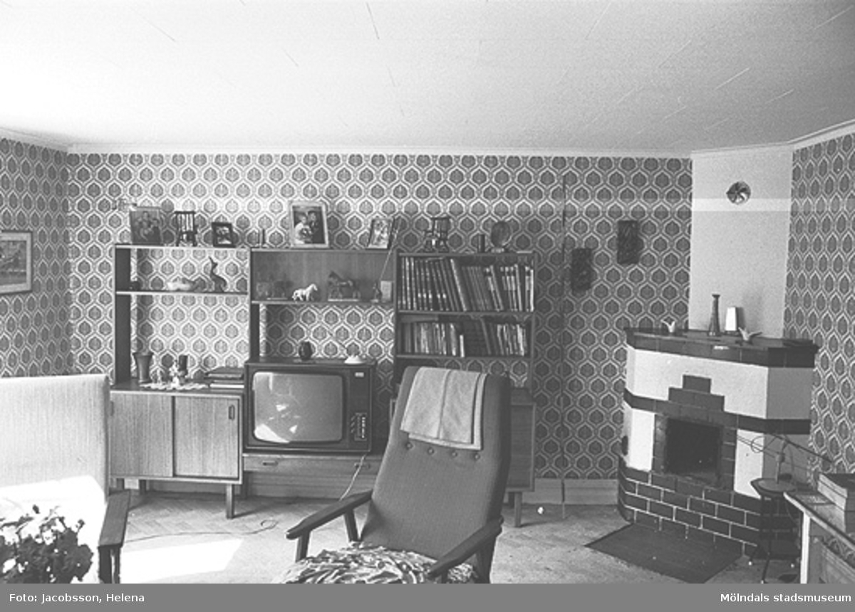 """Interiörbild i """"Travans"""" bostadshus på Roten M 37 i Mölndals Kvarnby, 1972."""