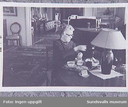 Margit Enström serverar söndagste i salongen.