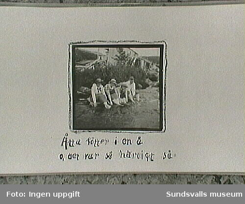 Fotbad. Lisa, Atti, Maja, Tage. Amatörfotografier ur fotoalbum från resa med cykel till Trondheim, Norge, sommaren 1915. Maja Braathen, Gunnar Johansson, Tage, Atti, Lisa.