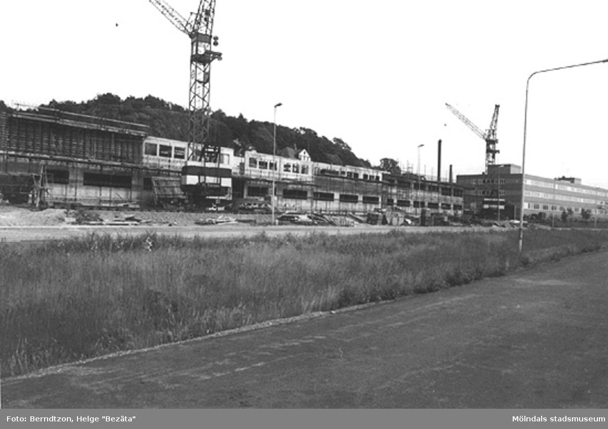 Byggandet av det nya polishuset på Torggatan 3. Till höger ligger Försäkringskassan på Torggatan 1A, cirka 1984.