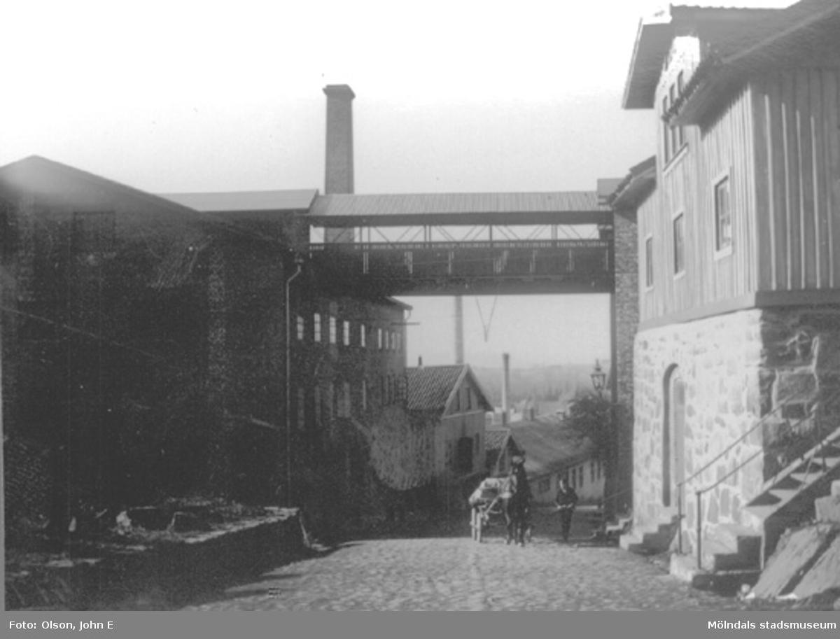 """Vy över krönet nedför Kvarnbygatan """"Kråkan"""" år 1899."""