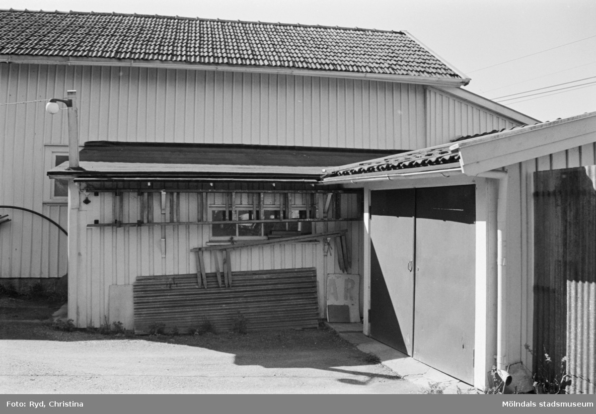 Byggnadsdokumentation av gårdshus och garage på Gamla Riksvägen 40 i Kållered, 1991.