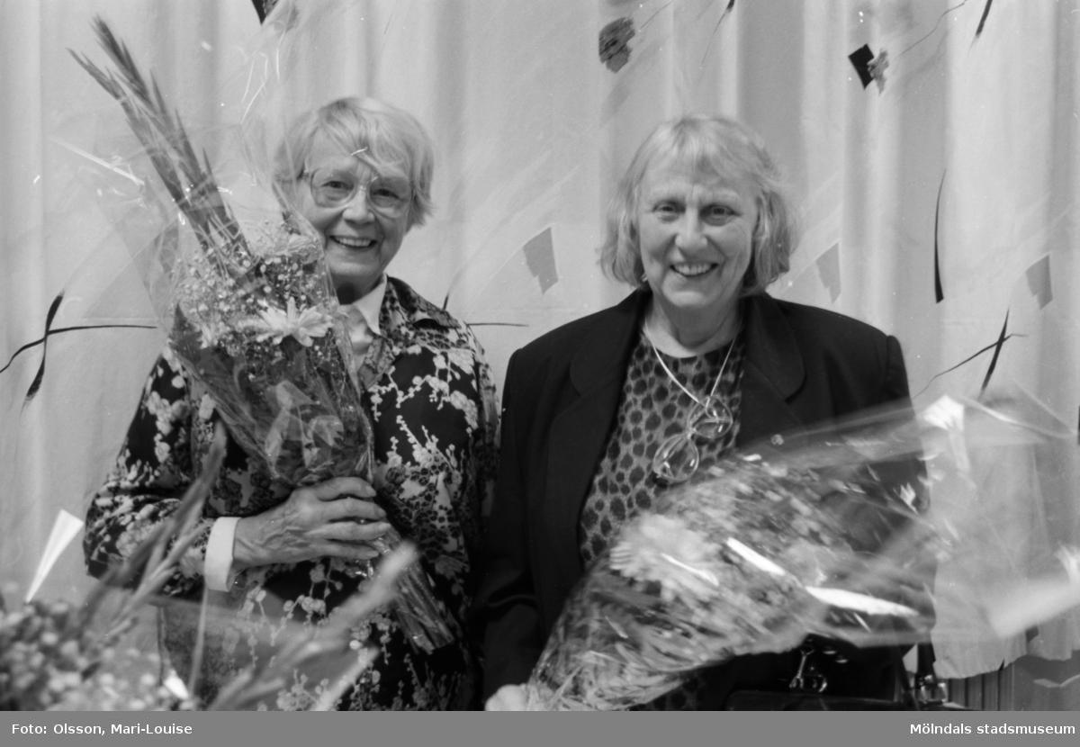 """Familjesöndag, 1992 på Mölndals museum, i samband med utställningen """"Gammalt skräp"""". Man hade barnverkstad med käpphästtillverkning, mannekänguppvisning samt paneldiskussion om """"samlande"""". Två deltagare som avtackas med blommor."""