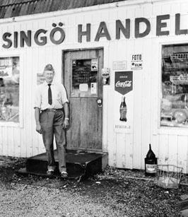 Posten har lämnats i Singö handel av bilåkande lantbrevbäraren Erik Johansson på linjen Åkersberga-Singö-Björnhuvud-Åkersberga.  Foto augusti 1961.
