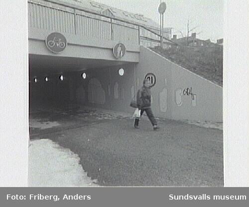 Offfentlig utsmyckning i gångtunnel under Skolhusallén vid kv Fliten, utförd av konstnärsgruppen Lustrum: Mia Forsgren, Cecilia Korp, Katarina Sundkvist, Nina Svensson.