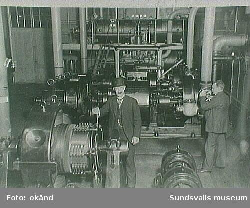 Maskinisten startar turbinen,  eletricitetsverket omkring 1930.