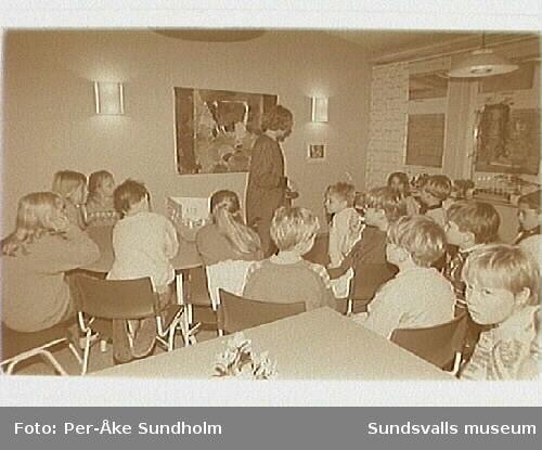 Invigning utsmyckning Soledeskola i Nolby, Njurunda. Textilkonstnärerna Kerstin Lindström och Kerstin Strandberg visar sina verk i mellanstadiets matsal