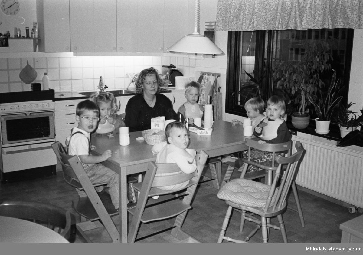 Anita Nylén och sex dagisbarn (Natasha längst till höger) sitter runt ett köksbord och äter. Två barn sitter på var sin Tripp Trapp-stol.