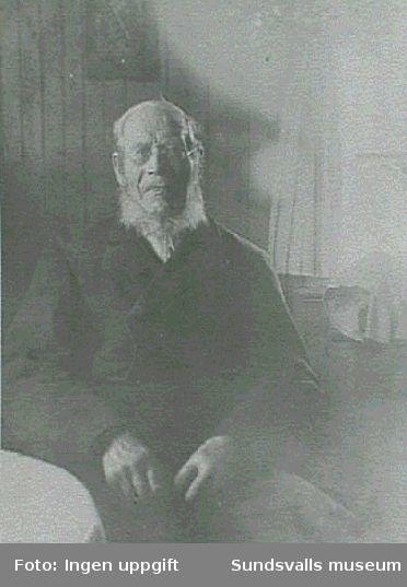 Porträtt av äldre man.