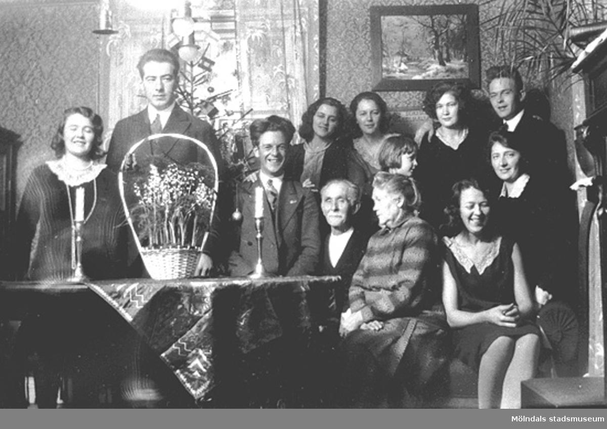 Karin Hasselberg (längst till vänster) och systern Anna Hasselberg (i mittenraden längst till höger) med familj och vänner, 1920- till 1930-tal.