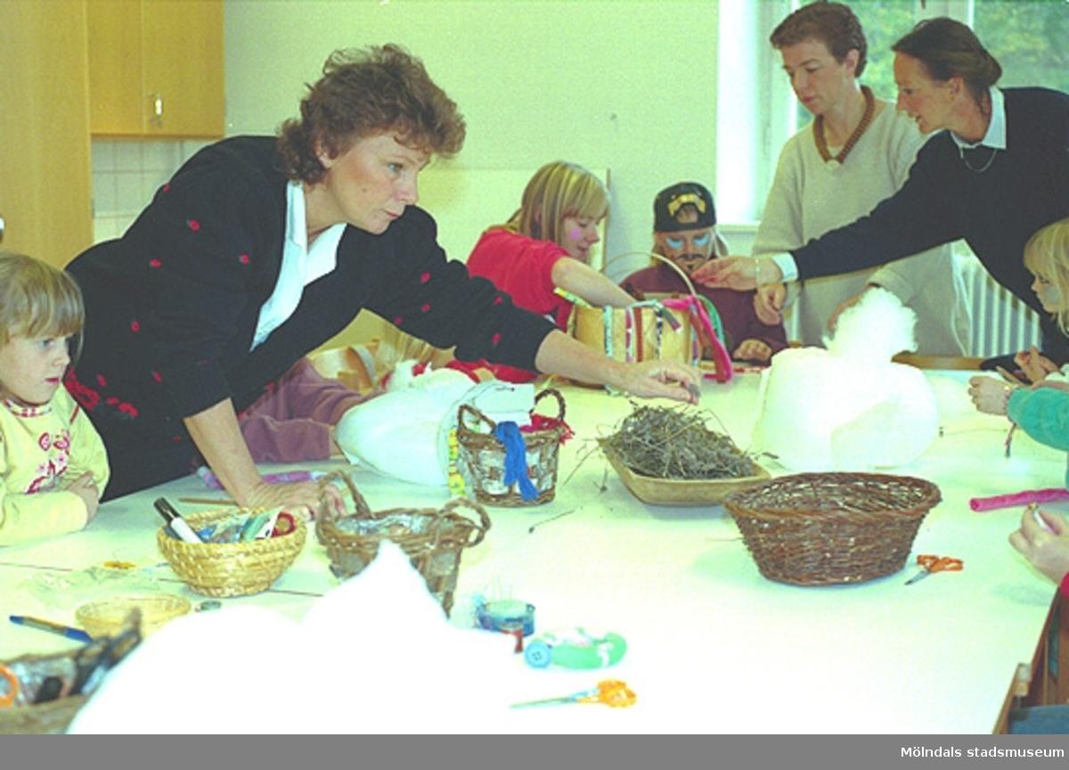 """Sminkverkstad för hela familjen. Familjesöndag på Mölndals Museum den 8/10 1995 under utställningen """"Krinoliner och kortkort""""."""