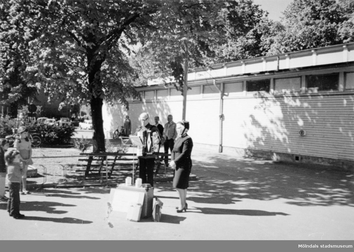 Frälsningsarmén spelar och sjunger utanför Saluhallen som syns i bakgrunden, 1972. Den låg på Nya torget nedanför Kvarnbyskolan.