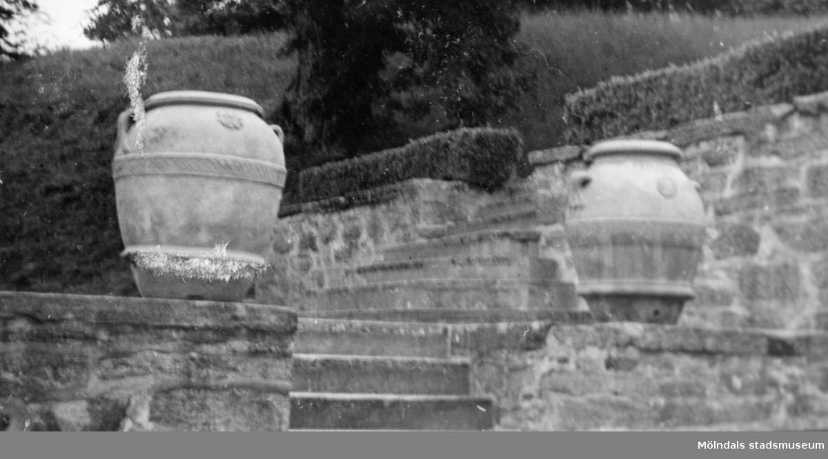Två urnor ståendes på trappavsatser utanför Gunnebo slott. Bilden är tagen av trädgårdsarkitekter som var på besök 1941.