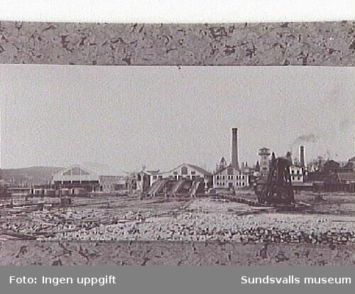 Byggnaderna fr v :Lådfabriken/hyvleriet byggd1906, såghuset, sågpannhuset, vattentornet,timmerhästen, verkstaden/smedjan, stallet, förrådsbyggnaden.