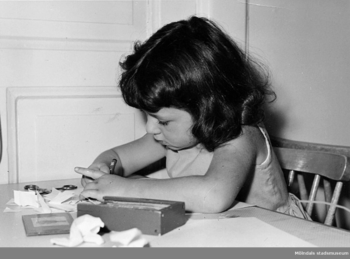 En flicka som ritar vid Holtermanska daghemmet 1953.