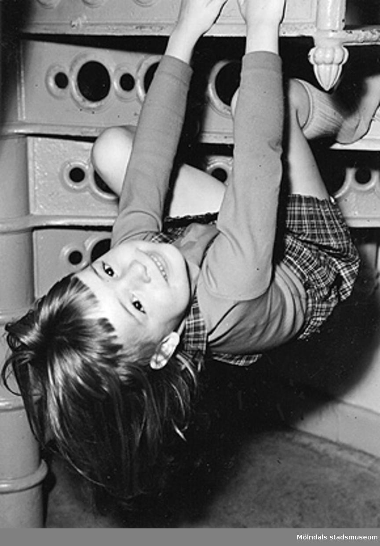 En glad flicka armhänger i trappan vid Holtermanska daghemmet 1953.