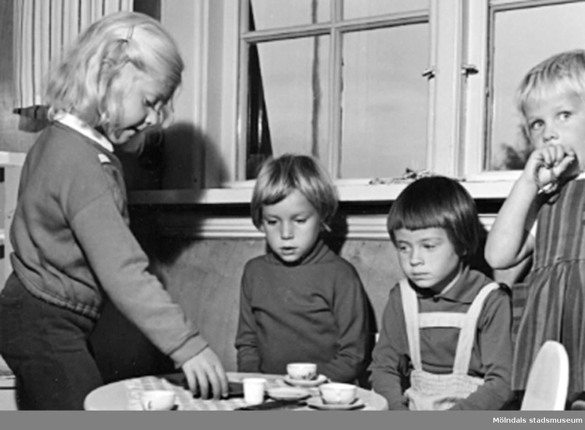 """Fyra barn som har """"kafferep"""" vid ett bord. Holtermanska daghemmet 1953."""