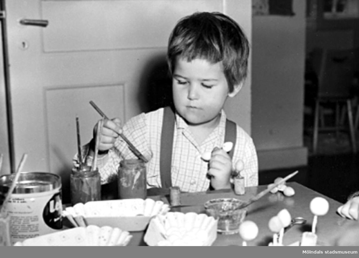 Ett barn som pysslar vid ett bord. Holtermanska daghemmet 1953.