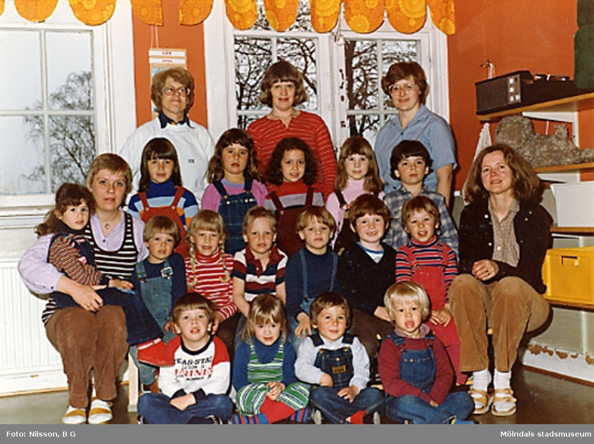 Fem fröknar och en grupp barn. Holtermanska daghemmet 1980.
