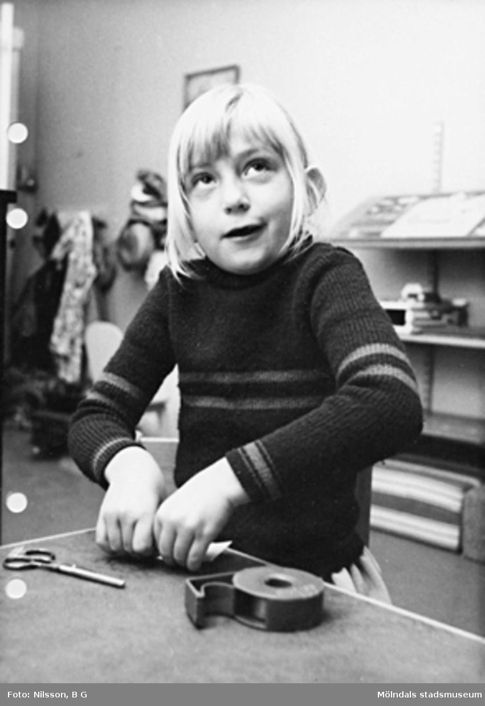 Ett barn som pysslar. Holtermanska daghemmet maj 1975.