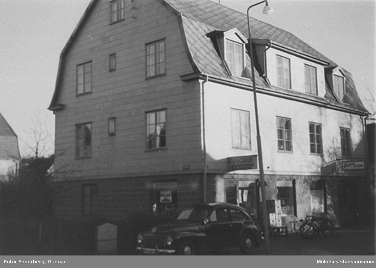 """Speceriaffären """"Stockelids hus"""", troligtvis byggt 1925. Inköpt 1943 av riksdagsman Theodor Nilsson (1872-1944) och övertogs av hans son Wilhard Stockelid (1901-1978). Det hade adressen Nygatan 3 eller Lillgatan 11 (f. Mölndalsbro 62 B)."""