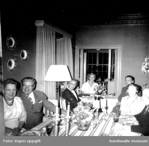 Överingenjör Fritz Bolin och hans hustru Greta med gäster i deras  hem i platschefsbostaden hörande till Nensjö cellulosafabrik. Matsalen.