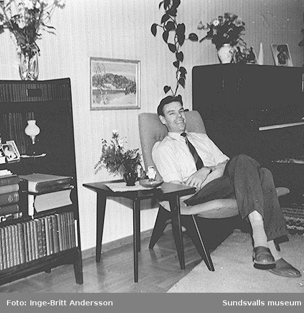 """Göran Andersson i familjens vardagsrum, en tvårummare på Sveavägen 33, Sundsvall. Fåtöljen, bordet och bokhyllan inköptes från firman """"Heminrednings AB Sven Staaf"""", Sundsvall, när familjen satte bo 1954."""