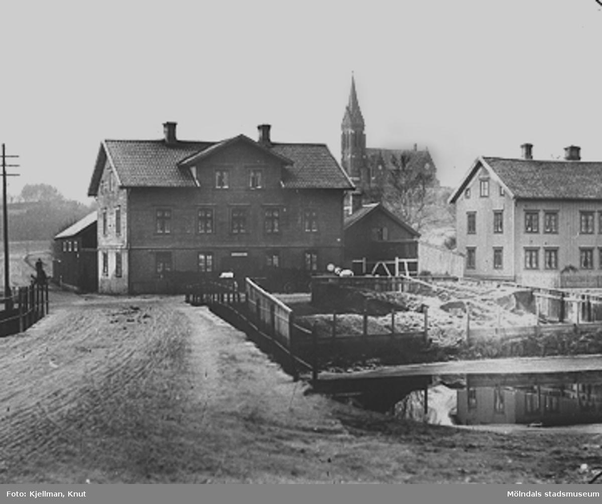 I förgrunden ses kolupplaget samt Göteborgsvägen 1 och 3. Fässbergs kyrka syns i bakgrunden.