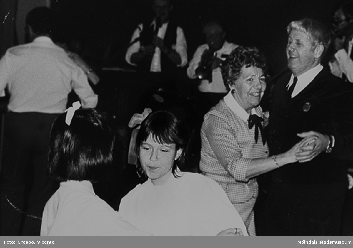 Danskväll i Lindhagaskolans matsal 1987 då man firade att bostadsrättsföreningen Tegen hade funnits i 20 år. Paret till höger är Edvard Samuelsson med fru.