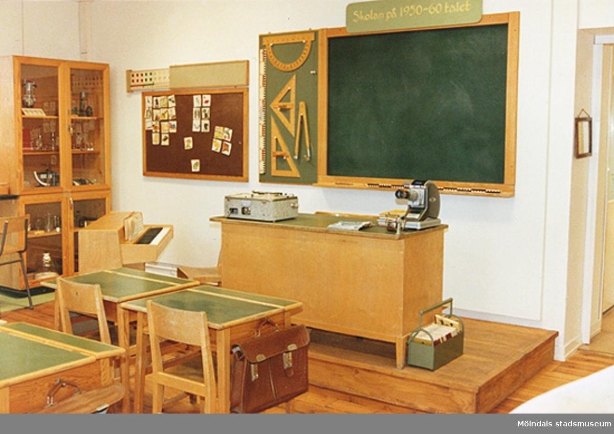 """Utställningen """"Lära för livet"""" 12 mars 1988 - 19 mars 1989 på Mölndals museum.En typisk skolsal från 1950-1960-tal."""