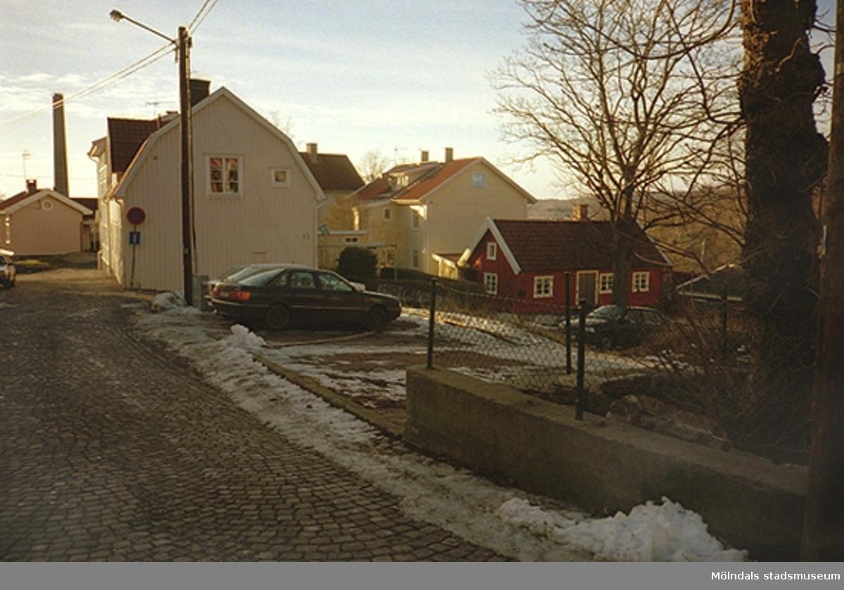 Fastigheter och hus längs Royens gata i Kvarnbyn, 1990-tal. Den främre öde tomten (Korndal 13) bebyggdes senare med en villa.