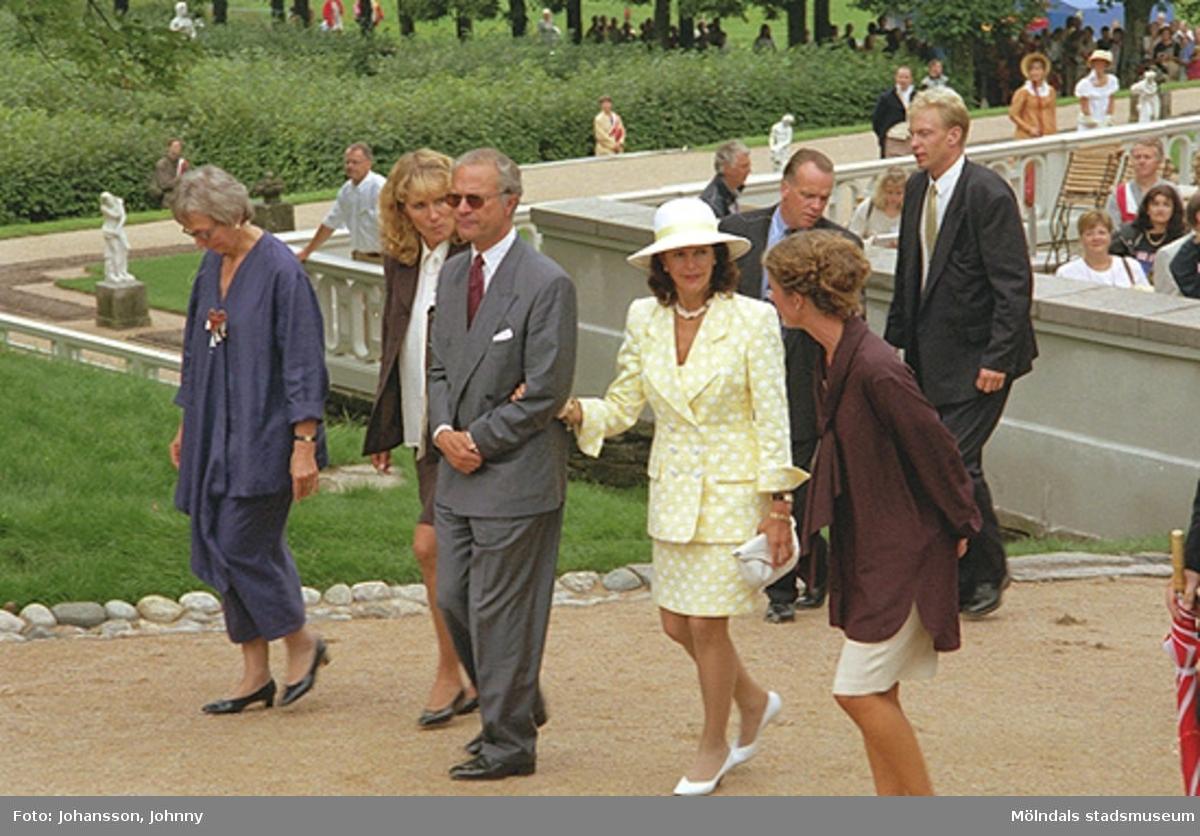 Från kungens och drottningens besök på Gunnebo 1997-08-27. Från vänster Inger Erntsson (intendent på Gunnebo), Lena Vikström, kung Carl XVI Gustaf, drottning Silvia och Marika Irvine (trädgårdsmästare på Gunnebo).