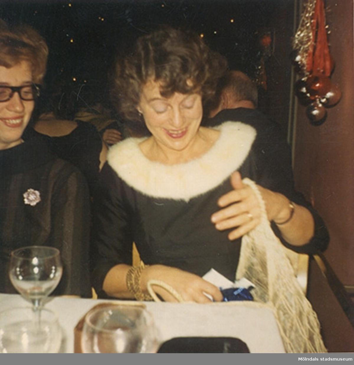 """Okänd kvinna till vänster, november 1966. """"Den lilla svarta"""" i sidentyg. Klänningen finns i Mölndals stadsmuseums samlingar med invnr. 03349."""