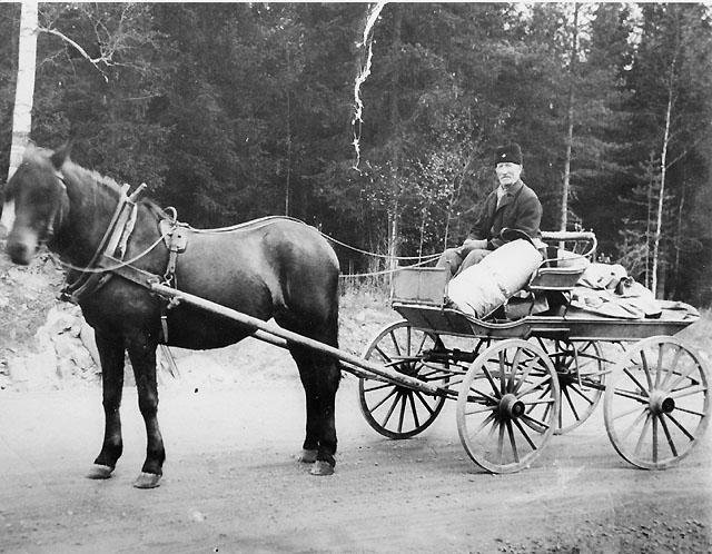 Post-Olle och hans häst Sicka på väg med posten upp till Bjursås från tåget i Grycksbo. Under 55 år (1.1.1882-31.12.1937) var Post-Olle (hette Olsson i efternamn) postförare till Bjursås. Av dessa år gick han åtta år till fots från Falun med postväskan på ryggen.