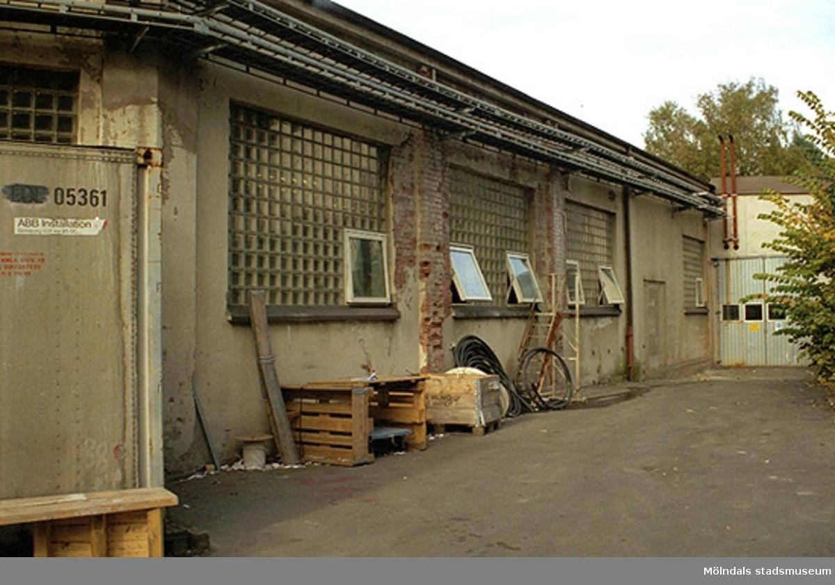 Putsad äldre tegelbyggnad. Inom Papyrusområdet, oktober 1998.