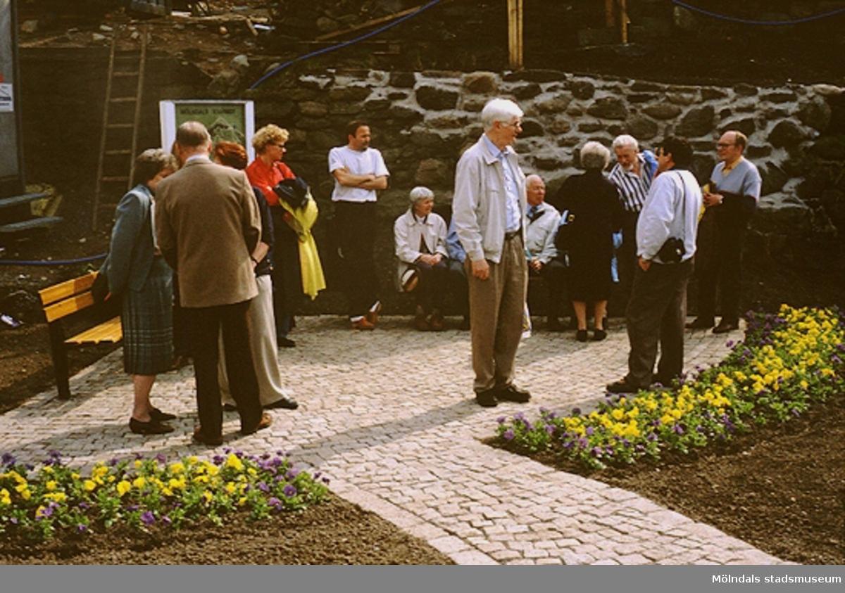 Män och kvinnor vid Lyktplatsen i Kvarnbyn. Gatlyktan invigs på Kvarnbydagen 25/4 1993.