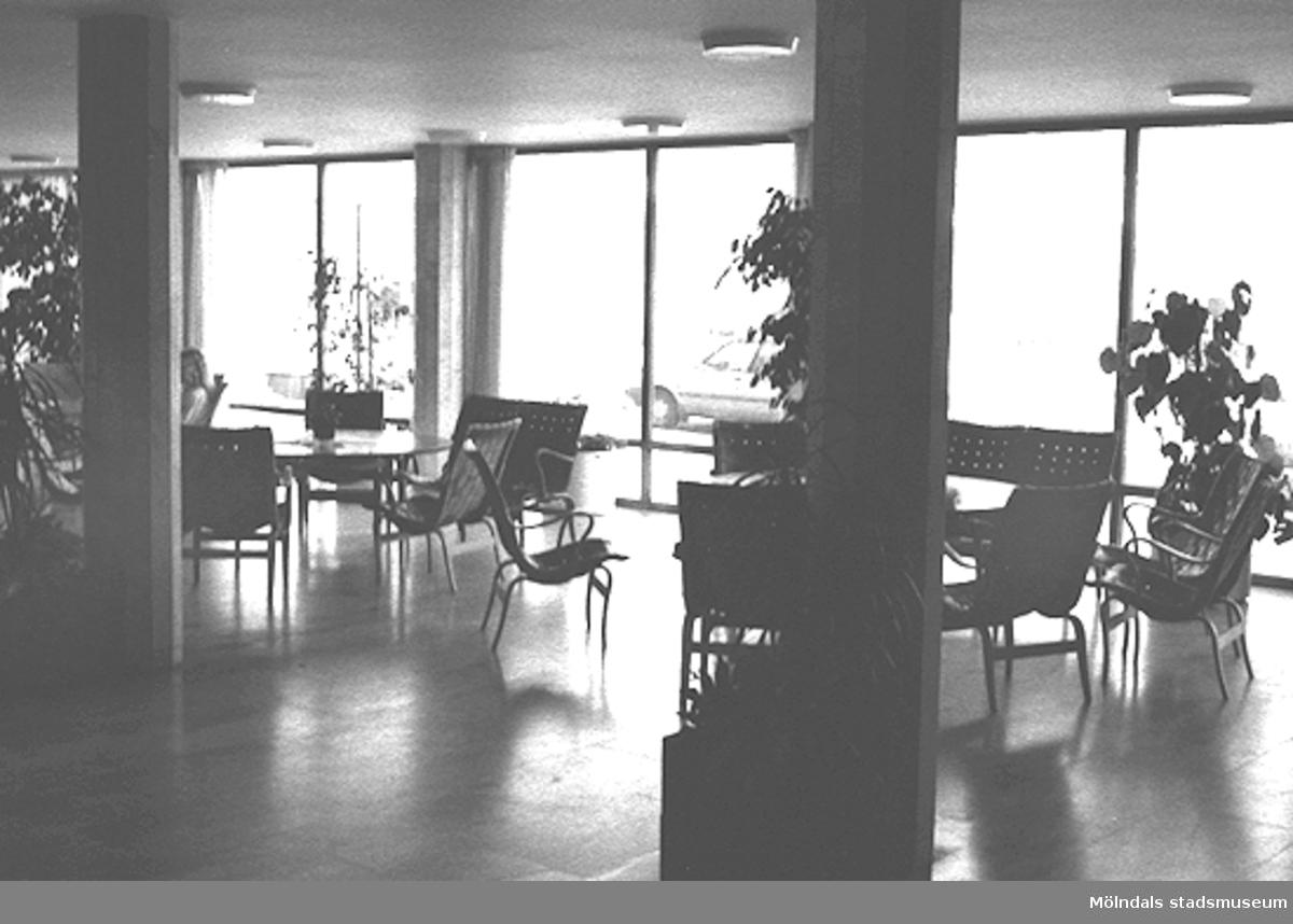 Mölndals stadshus. Bord, stolar och soffor.