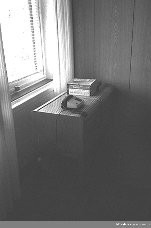 Interiör, Mölndals stadshus. Ett bord med en telefon på.