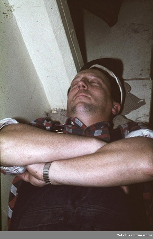 Erik Lagergren vilar middag.Bilderna är tagna våren/sommaren 1960, ungefär där nu Almåsskolans slöjdsal är belägen i Lindome. Fabriken ägdes tidigare av Colldéns möbler. Fabrikslokalerna ägdes sedan av Hj.C. Samuelsons AB, som tillverkade i huvudsak butiksinredningar till Åhlen & Holms varuhus. Vid årsskiftet 1959-1960 flyttade Samuelson tillverkningen till Floda. Fabriken övertogs av AB Lamellplast, ett företag inom Persöner koncernen, Ystad. AB Lamellplast tillverkade båtar och en husvagnstyp av glasfiberarmerad polyesterplast. Plastmassan levererades av SOAB Mölndal.