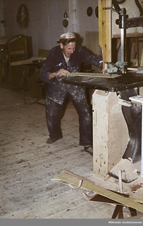 Erik Larsson.Bilderna är tagna våren/sommaren 1960, ungefär där nu Almåsskolans slöjdsal är belägen i Lindome. Fabriken ägdes tidigare av Colldéns möbler. Fabrikslokalerna ägdes sedan av Hj.C.Samuelsons AB, som tillverkade i huvudsak butiksinredningar till Åhlen & Holms varuhus. Vid årsskiftet 1959-1960 flyttade Samuelson tillverkningen till Floda. Fabriken övertogs av AB Lamellplast, ett företag inom Persöner koncernen, Ystad. AB Lamellplast tillverkade båtar och en husvagnstyp av glasfiberarmerad polyesterplast. Plastmassan levererades av SOAB Mölndal.