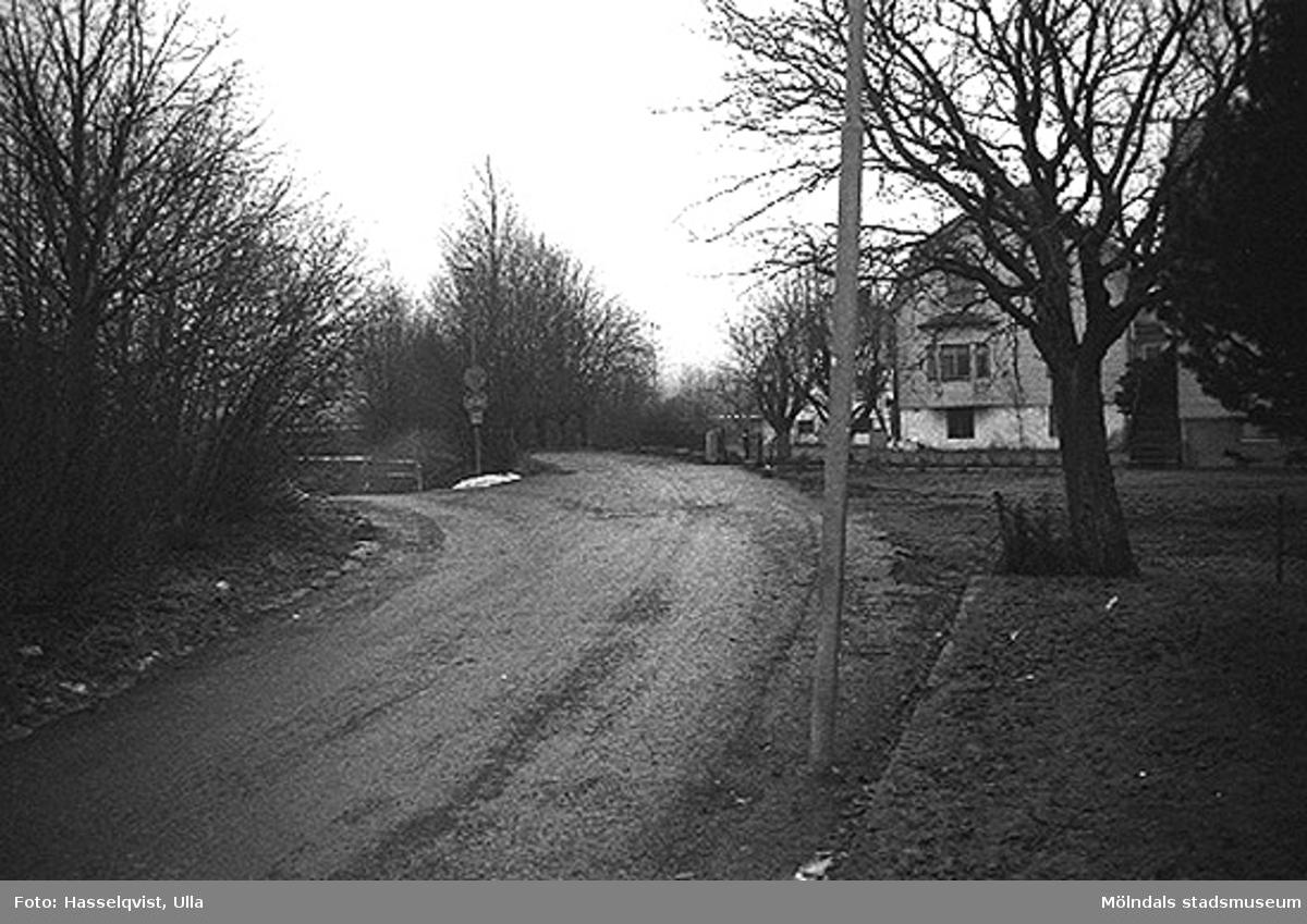 Översikt över Skedebrogatan 8-10, från norr. 1996-01-16.