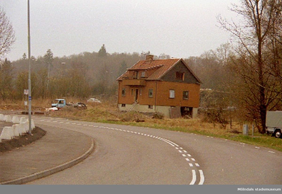 Ett bostadshus på Bangårdsvägen, Torrekulla 1:49, i Kållered. Rivet april 1994.