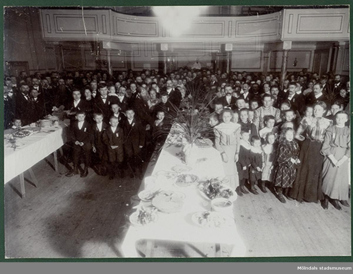 Papyrusanställda på fest i Gamla stadshuset, Kvarnbygatan 43 i Kvarnbyn.Trettondagen 1906.