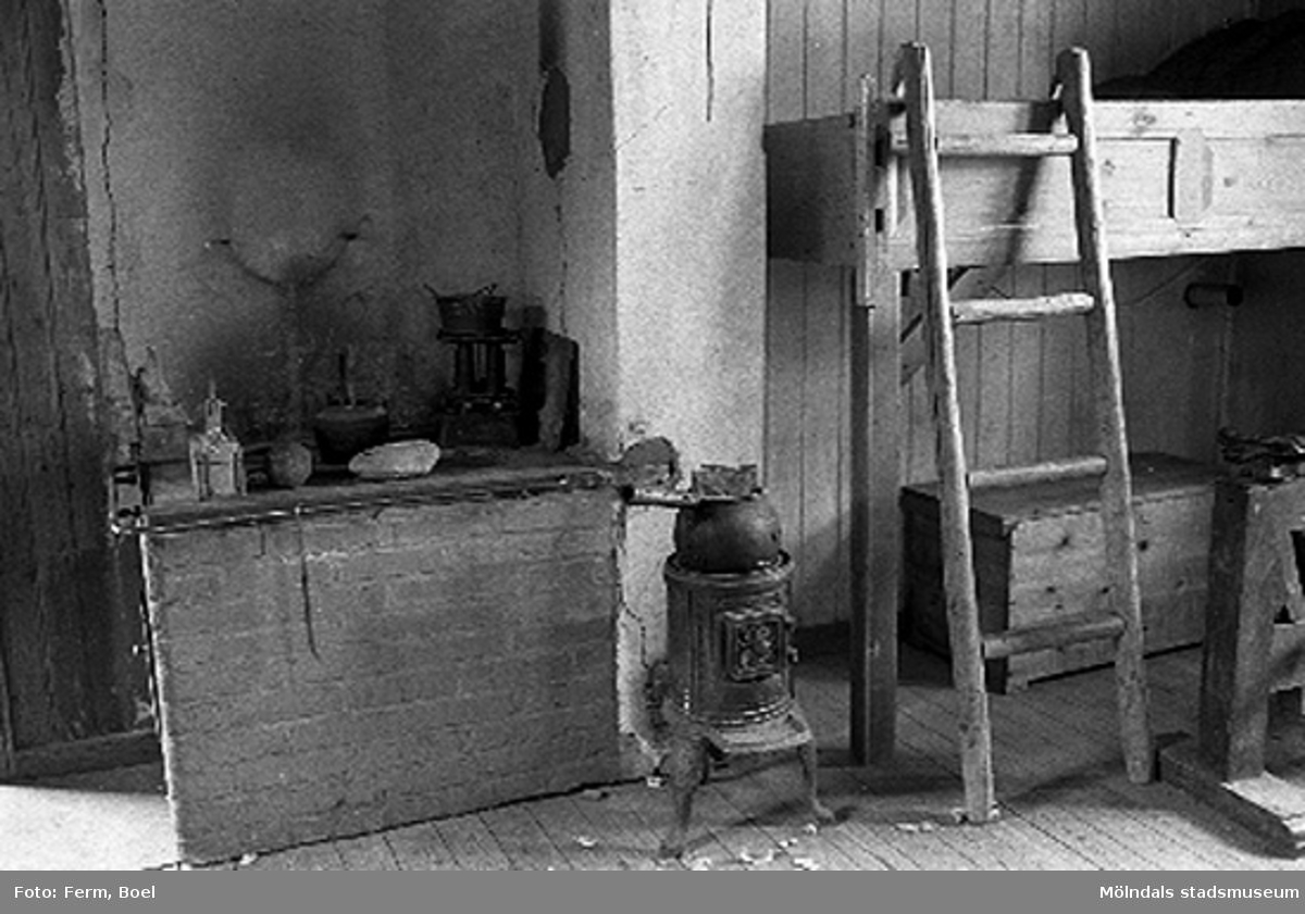 """Sovplats """"Tarre"""" och en järnspis i snickarboden.Hembygdsgården/Börjesgården i Hällesåker, Lindome 1992-06-29."""